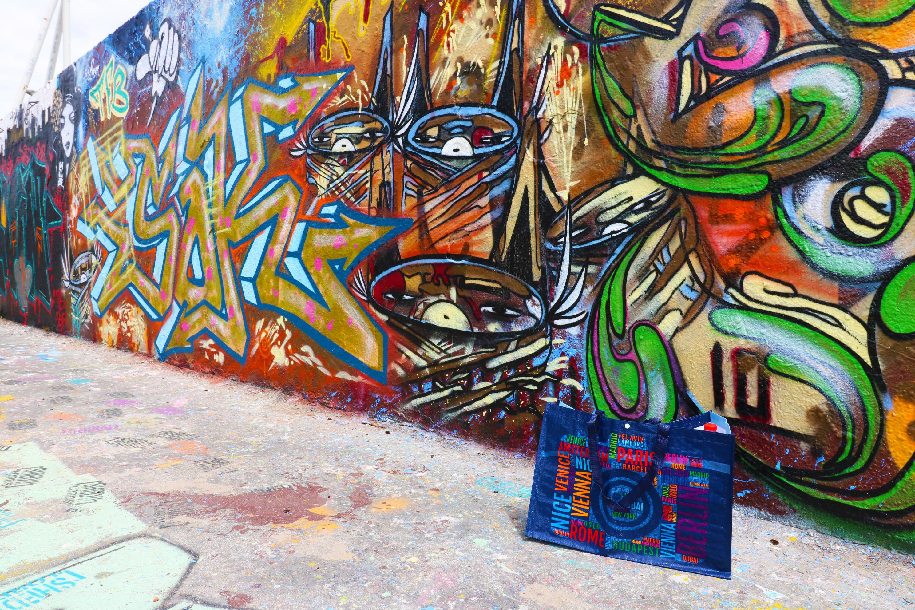 PP Woven Tragetaschen vor Graffiti Wand im Mauerpark Berlin