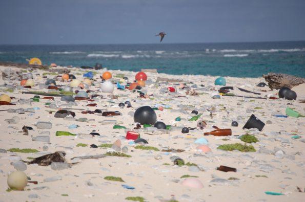 Permanent mit Plastik zugemüllter Strand